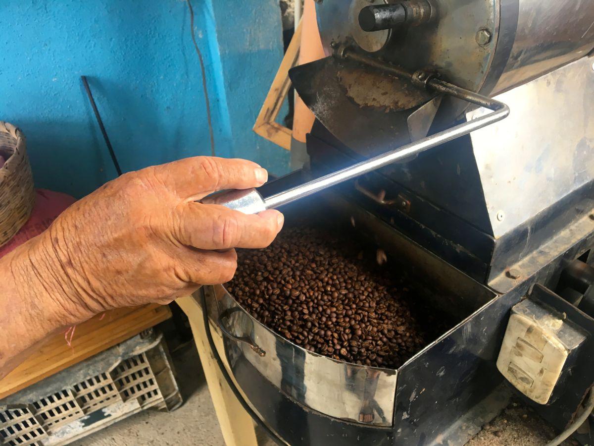 So kommt der Kaffee aus der Röstmaschine raus. Wohl gelenkt von erfahrenen Händen.