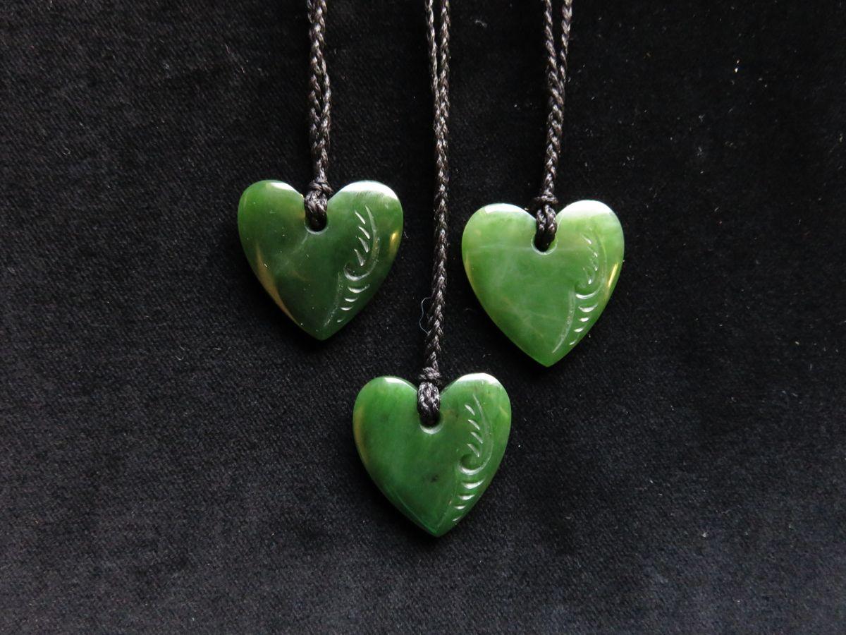 Jade-Herzen als Symbole der Liebe