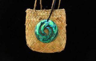 Koru aus der Paua-Muschel